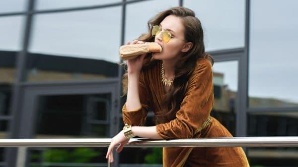 Жена яде сандвич