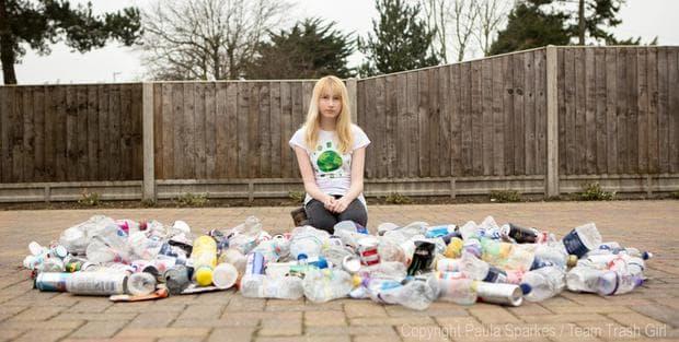момиче пред боклук