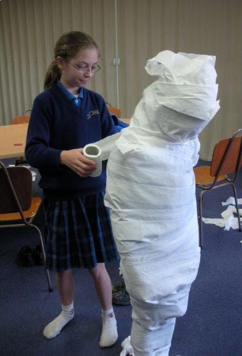 момиче, обвито в тоалетна хартия