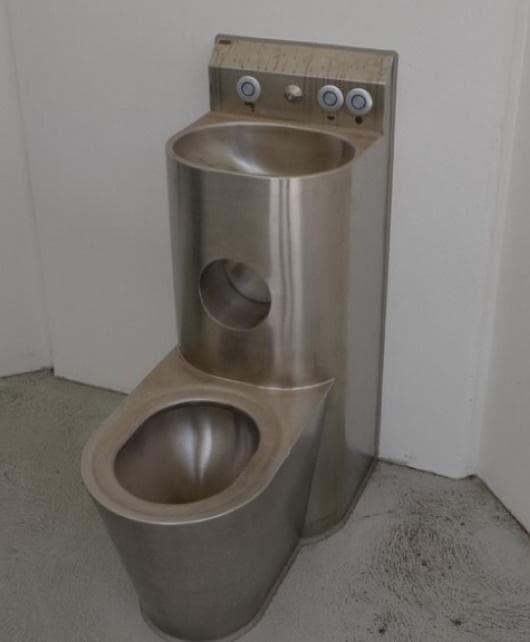 Метална тоалетна чиния, типична за американските затвори