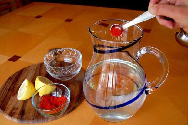 Лют червен пипер, лимон и вода