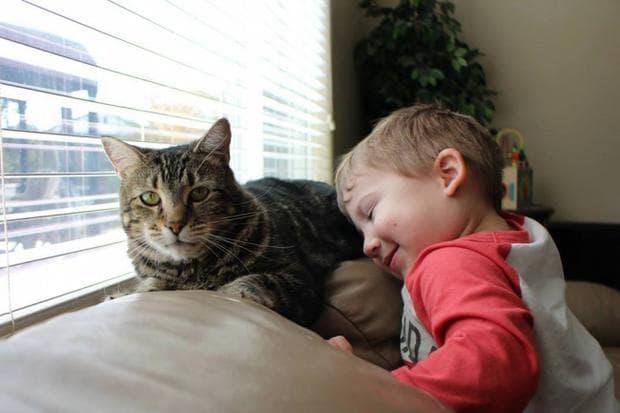 Котка и дете
