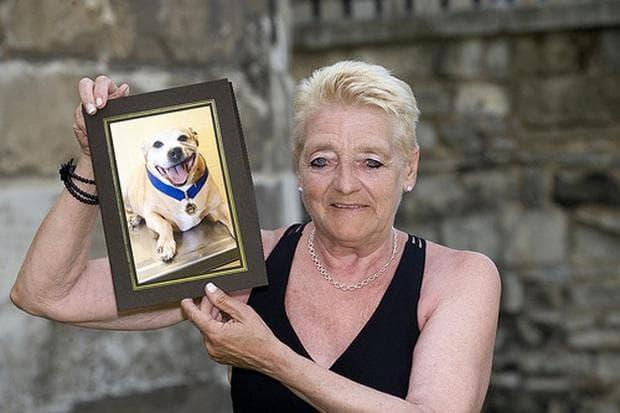Жена със снимка на куче