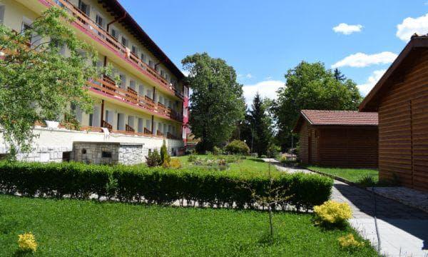 градина и задна фасада на хотела