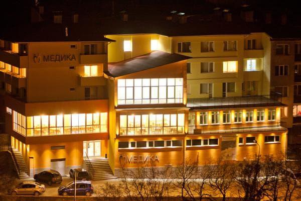 фасада на балнеохотела вечерта