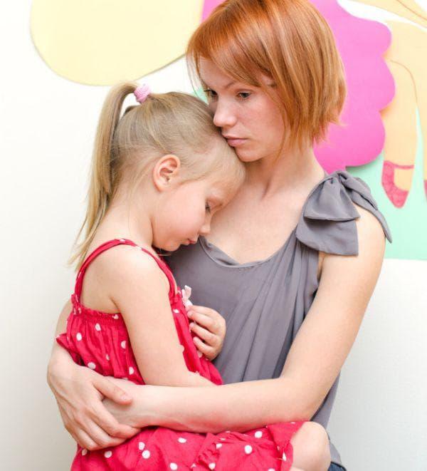 майка, дъщеря, прегръдка