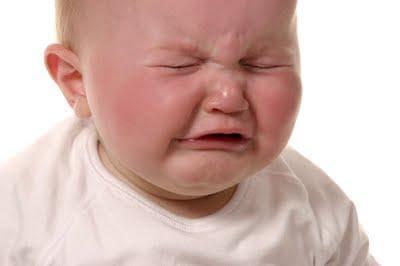 Напъни и плач при бебе със запек