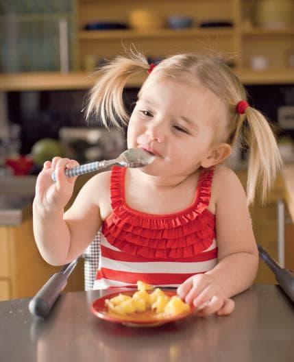 Предложете на малкото дете от любимите му храни