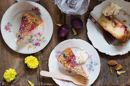 сладкиш със сини сливи, ядки и семена