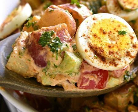 салата от картофи с яйца, зеленчуци и бекон