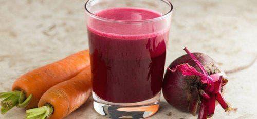Чаша със сок от цвекло и моркови