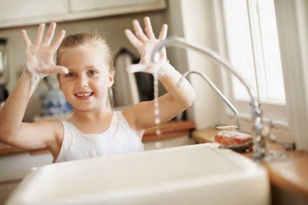 дете си мие ръцете