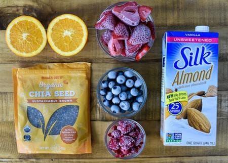 смути с чиа, плодове и бадемово мляко