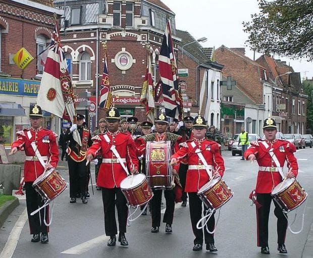 Червени военни униформи