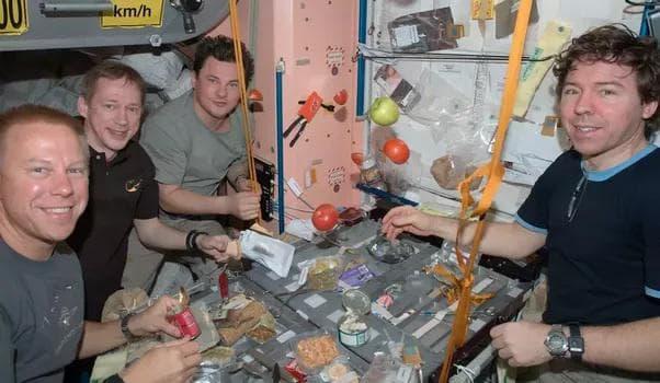 Космонавти на МКС
