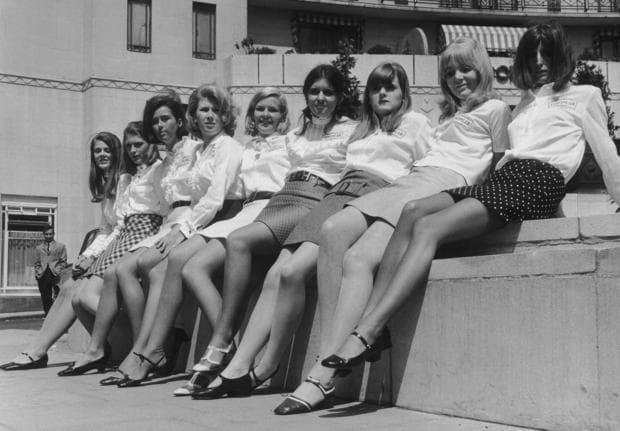 Жени в къси поли