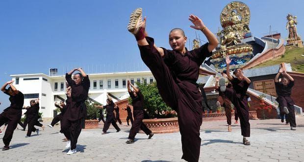 Монахини по време на кунг фу тренировка