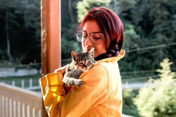 Момиче с котка