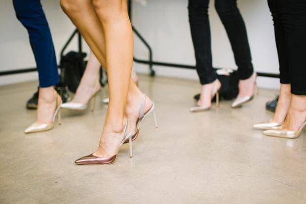 Високи обувки с изрязана предна част