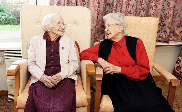 две възрастни дами