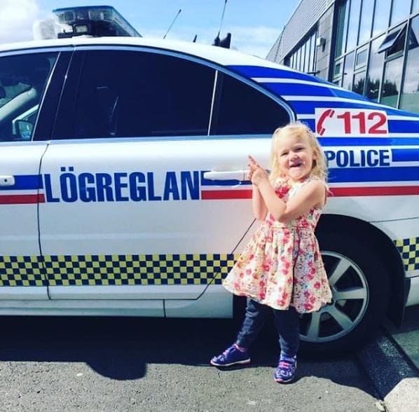 Дете пред полицейска кола
