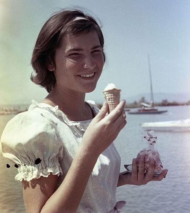 момиче, което яде сладолед