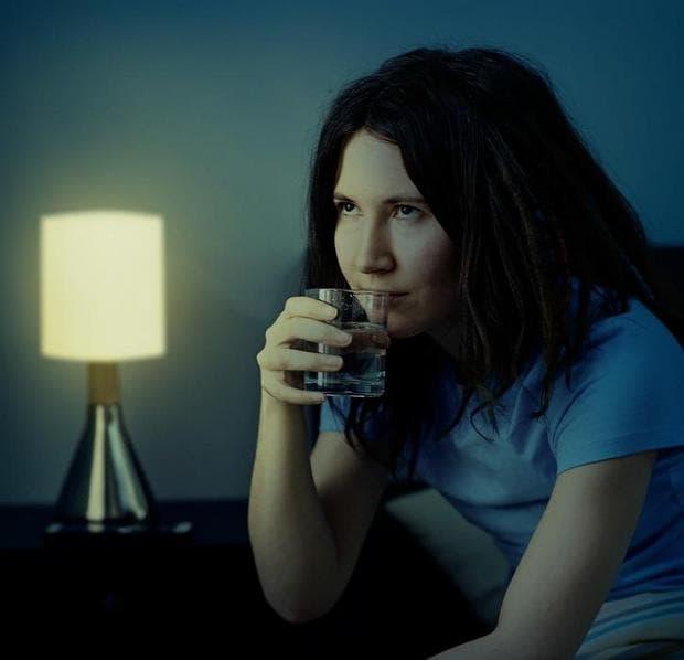 момиче, което пие вода