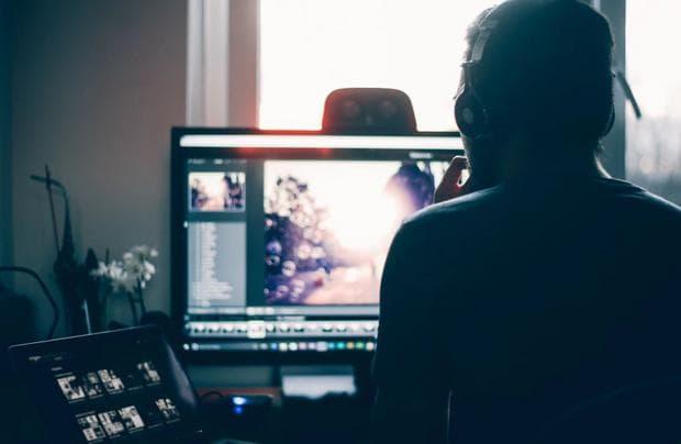 Мъж, работещ на компютър