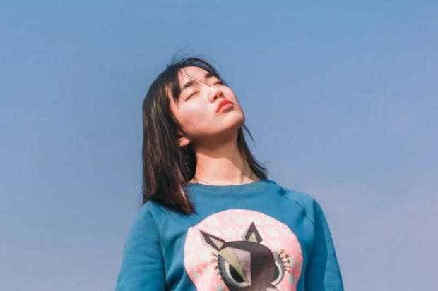 Момиче, което се наслаждава на слънцето