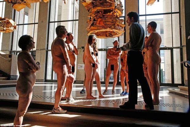 нудисти в Париж