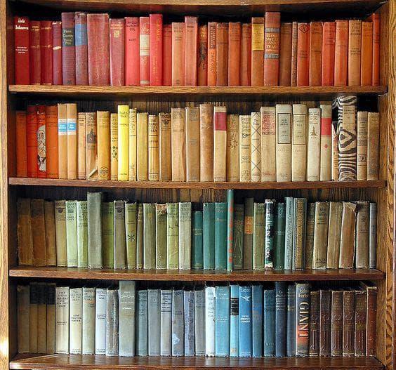 Книги, подредени по цвят