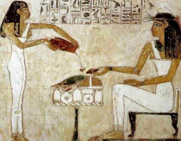 Египетски стенопис, изобразяващ сипваща бира слугиня