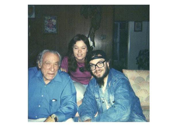 Чарлз Буковски (в ляво)