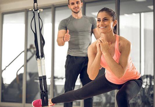 Жена тренира във фитнес