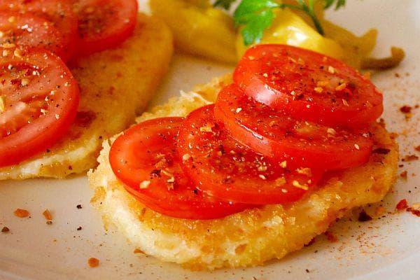 Панирано сирене с домати