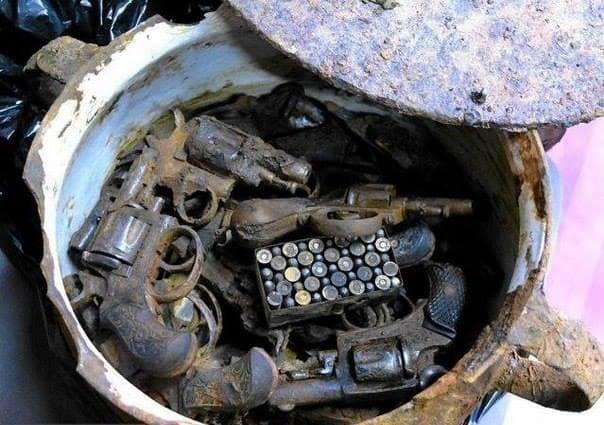 кофа, пълна с револвери