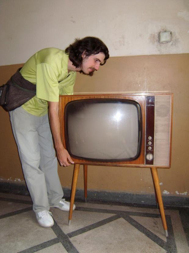 В акция за прибиране на български телевизор Cristal (1966), изнасян за Куба