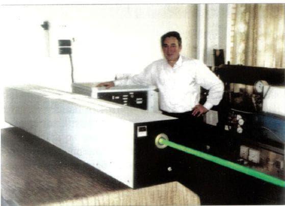 Акад. Никола Съботинов – изобретателят на лазера с пàри на меден бромид - показва в действие лазер със средна мощност 40 W