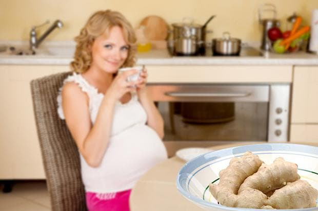 Бременна жена с чаша и джинджифил