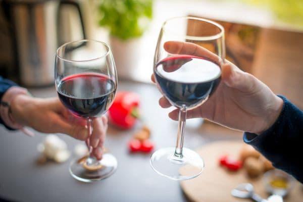 чаши червено вино