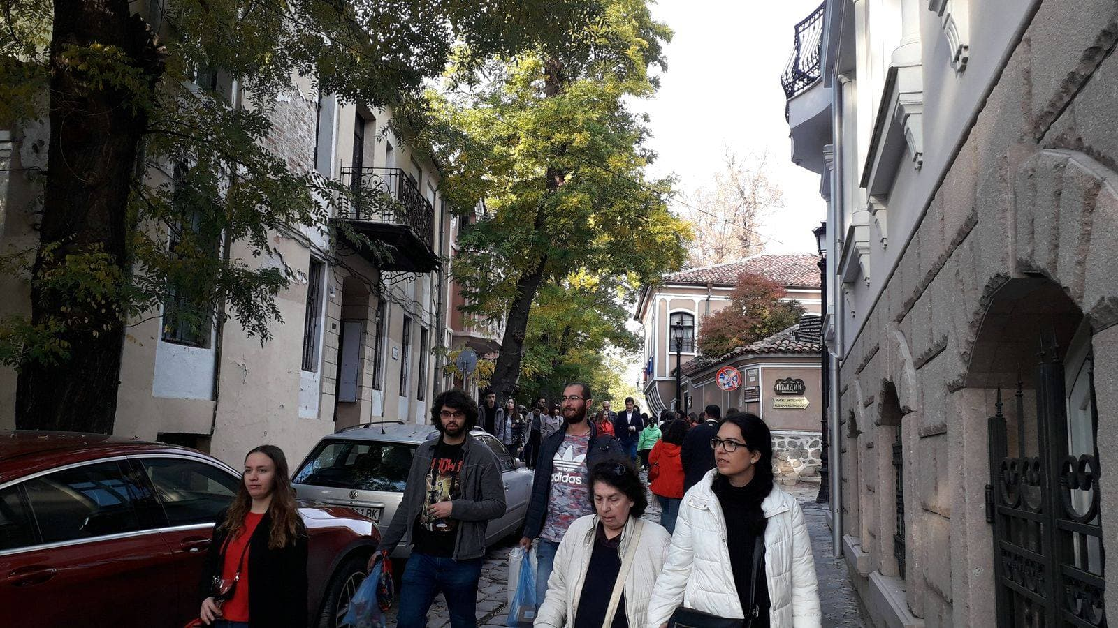 туристи по време на Дефиле на младото вино
