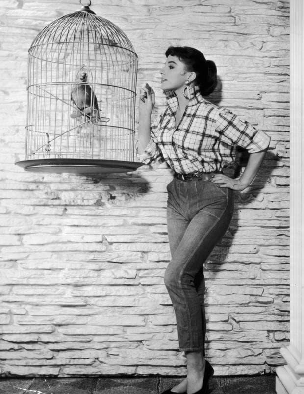 Жена в джинси