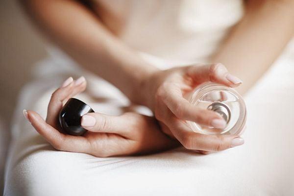 Как да си слагаме парфюм, за да бъде най-траен, без да нанася вреди