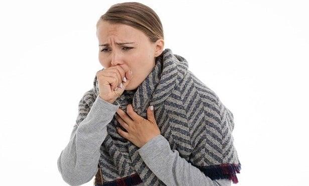 Жена с кашлица