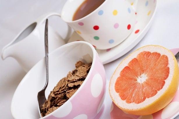 зърнена закуска, чай, грейпфрут