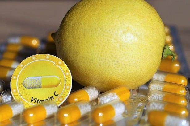 Лимон и капсули витамин С