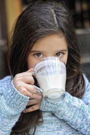 Дете пие айрян