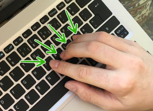 Поставяне на дясната ръка върху клавишите