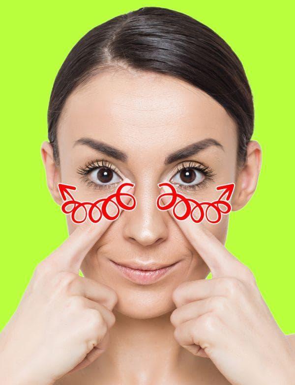 Масажиране на зоната от носа до ушите за премахване на бръчките около очите