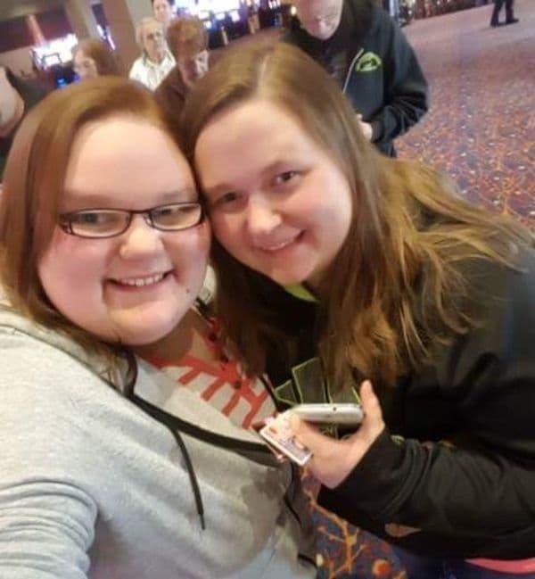 Момиче и нейната сестра с усмихната депресия